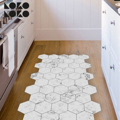 Adhesive vinyl to decorate the kitchen's floor with a design of white marble hexagons
