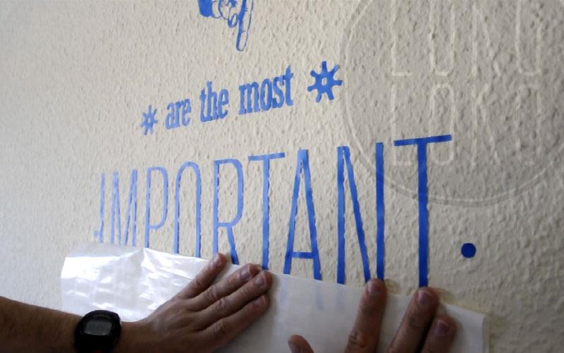 Aprende c mo pegar un vinilo adhesivo sobre pared de gotel - Como quitar el gotele de la pared ...