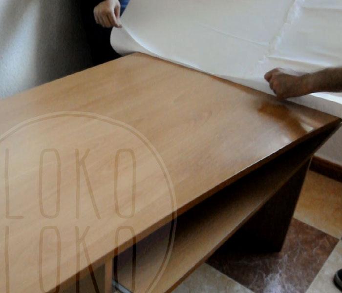 Aprende c mo pegar un vinilo en mesa de lados curvos for Como pegar papel mural en madera