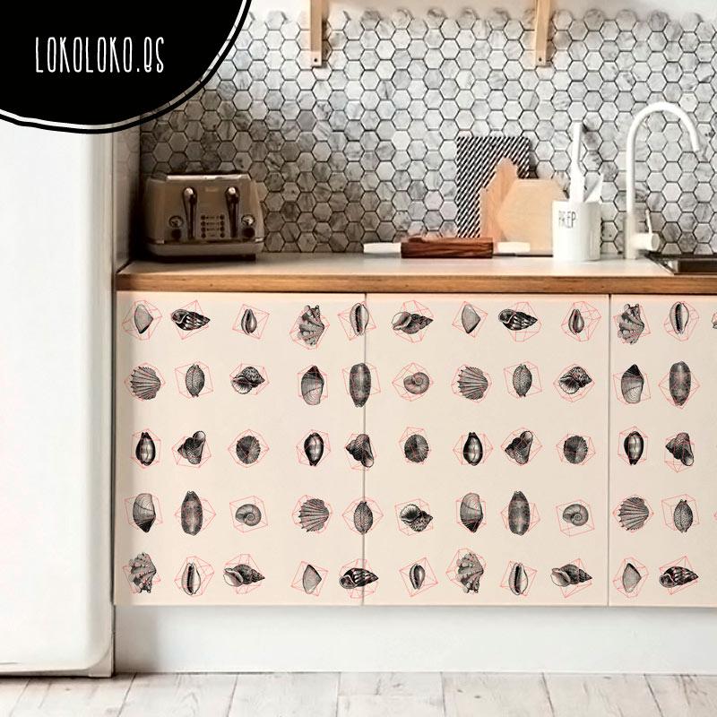 Vinilo para muebles de cocina con una composición geométrica de conchas marinas de estilo vintage