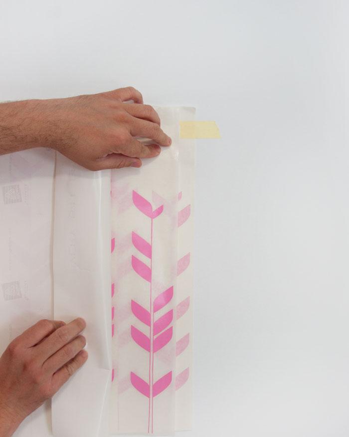 u si nos cuesta despegar alguna silueta del diseo haremos un pequeo doblez con el papel siliconado para hacer que el vinilo se pegue en el