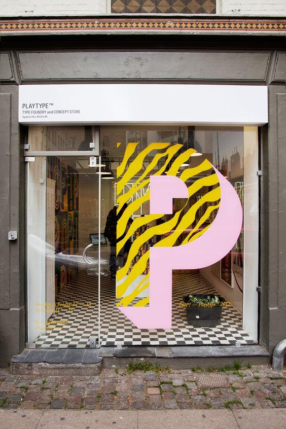 Ingeniosos escaparates decorados con vinilos tipográficos