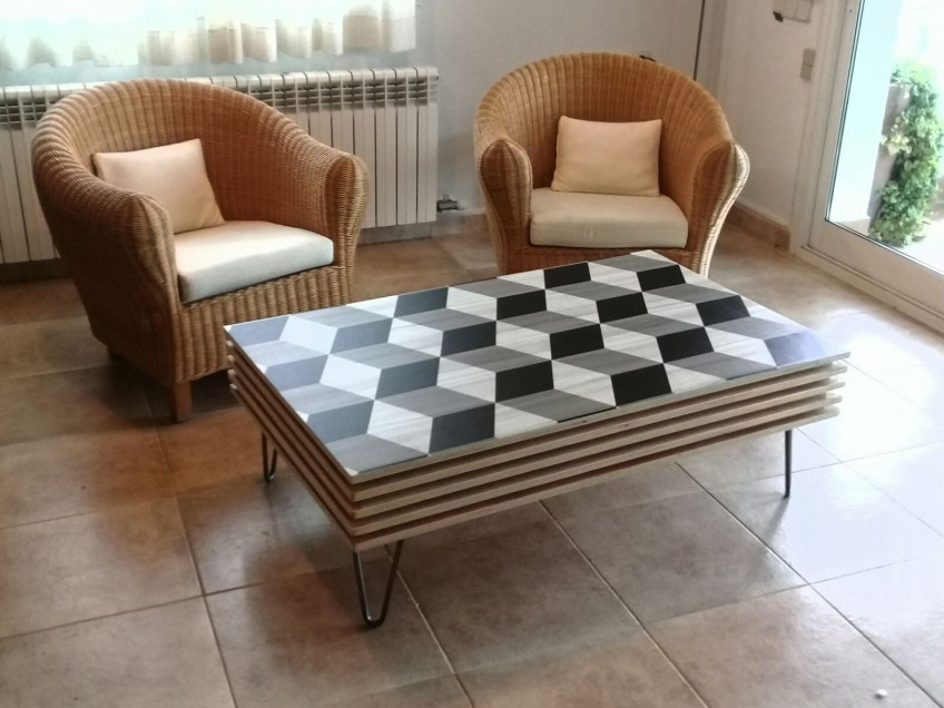 Mesa-de-salon-decorada-con-vinilo-para-muebles-cubos-geometricos-lokoloko-design