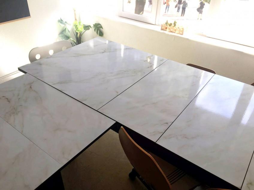 mesa-de-taller-tuneada-con-vinilo-para-muebles-marmol-carrara-lokoloko