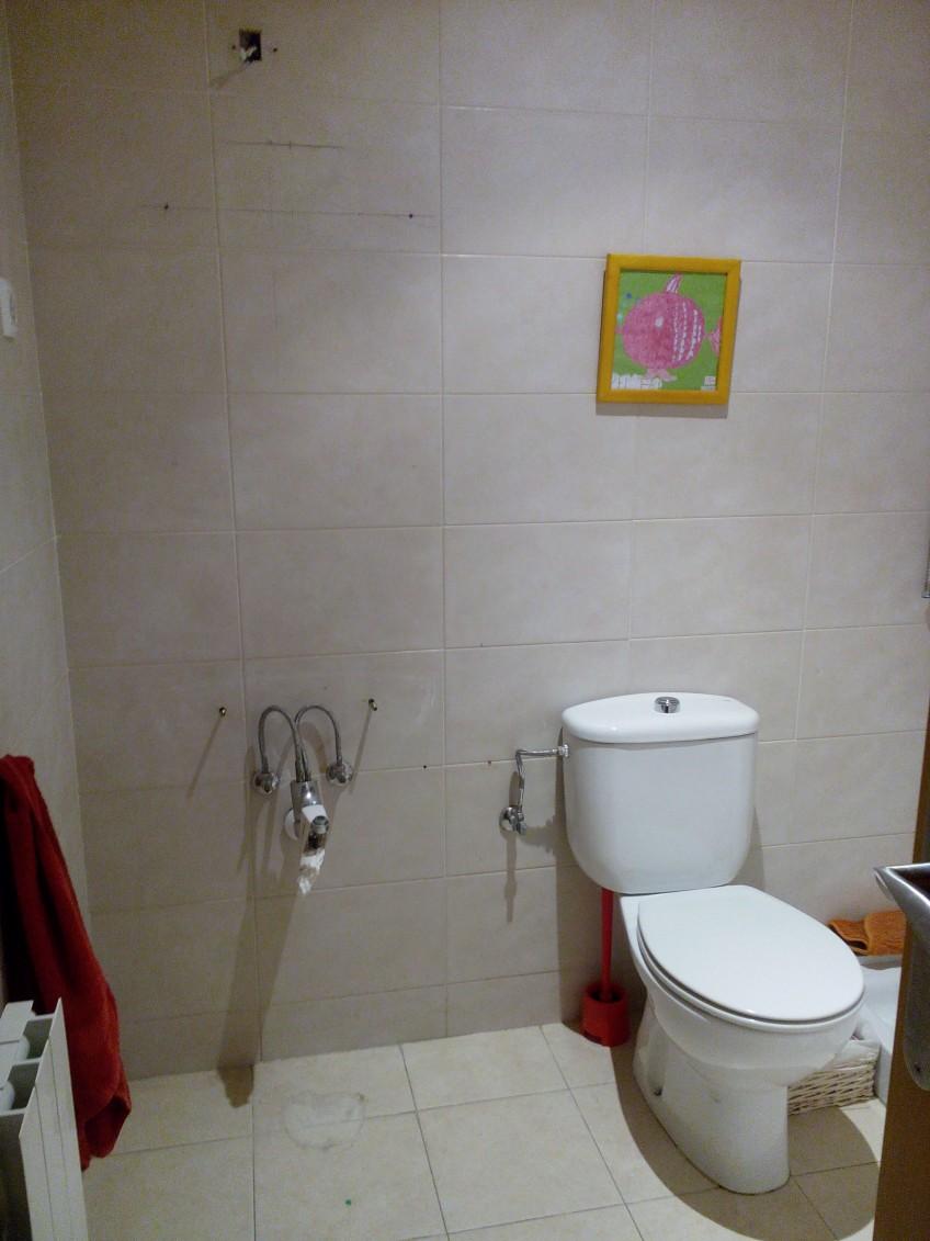 cuarto de baño antes de reforma con vinilo para muebles