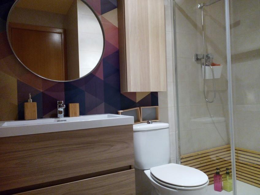 Baño reformado con vinilo decorativo de patrón geométrico