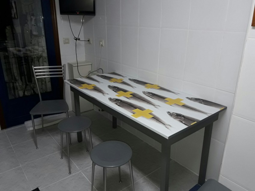 Mesa de cocina redecorada con vinilo para muebles de patrón animal y geométrico