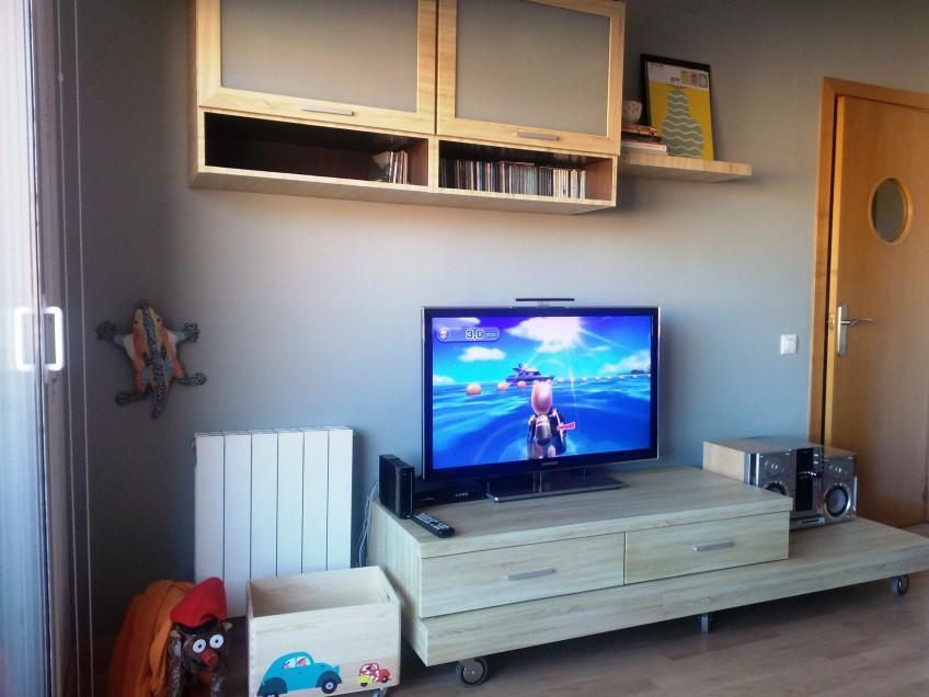 vinilo para muebles imitación madera en mueble de televisión y estantería de salón