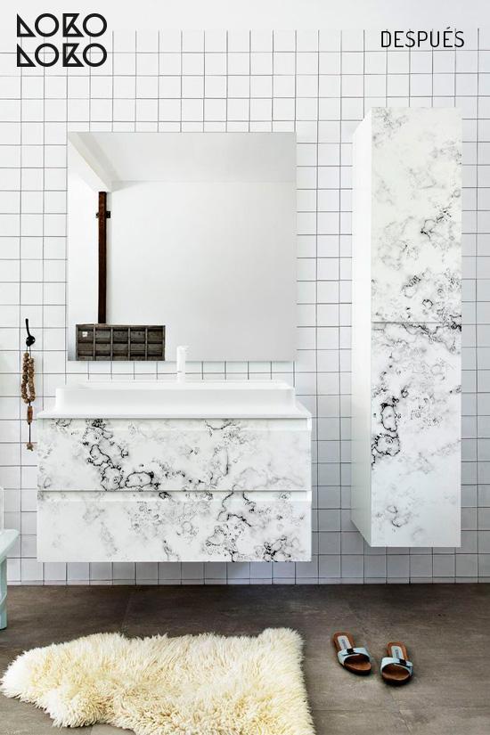 Vinilo decorativo con diseño de marmol en mueble de cuarto de baño