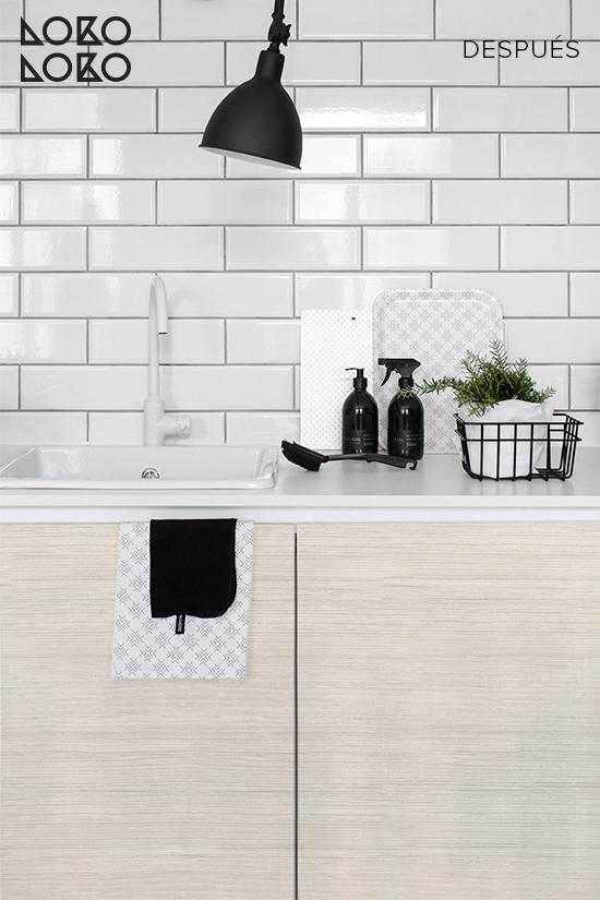 cocina-blanca-decorada-con-vinilo-imitacion-madera-nordica-lokoloko