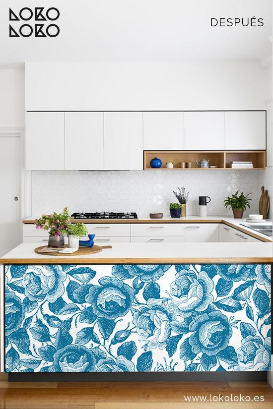 Cocina-blanca-redecorada-con-vinilo-flores-azules-lokoloko-design