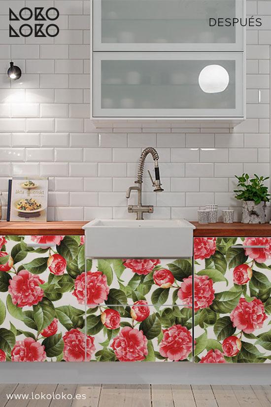 Cocina-blanca-reformada-con-vinilo-de-flores-rojas-lokoloko-design