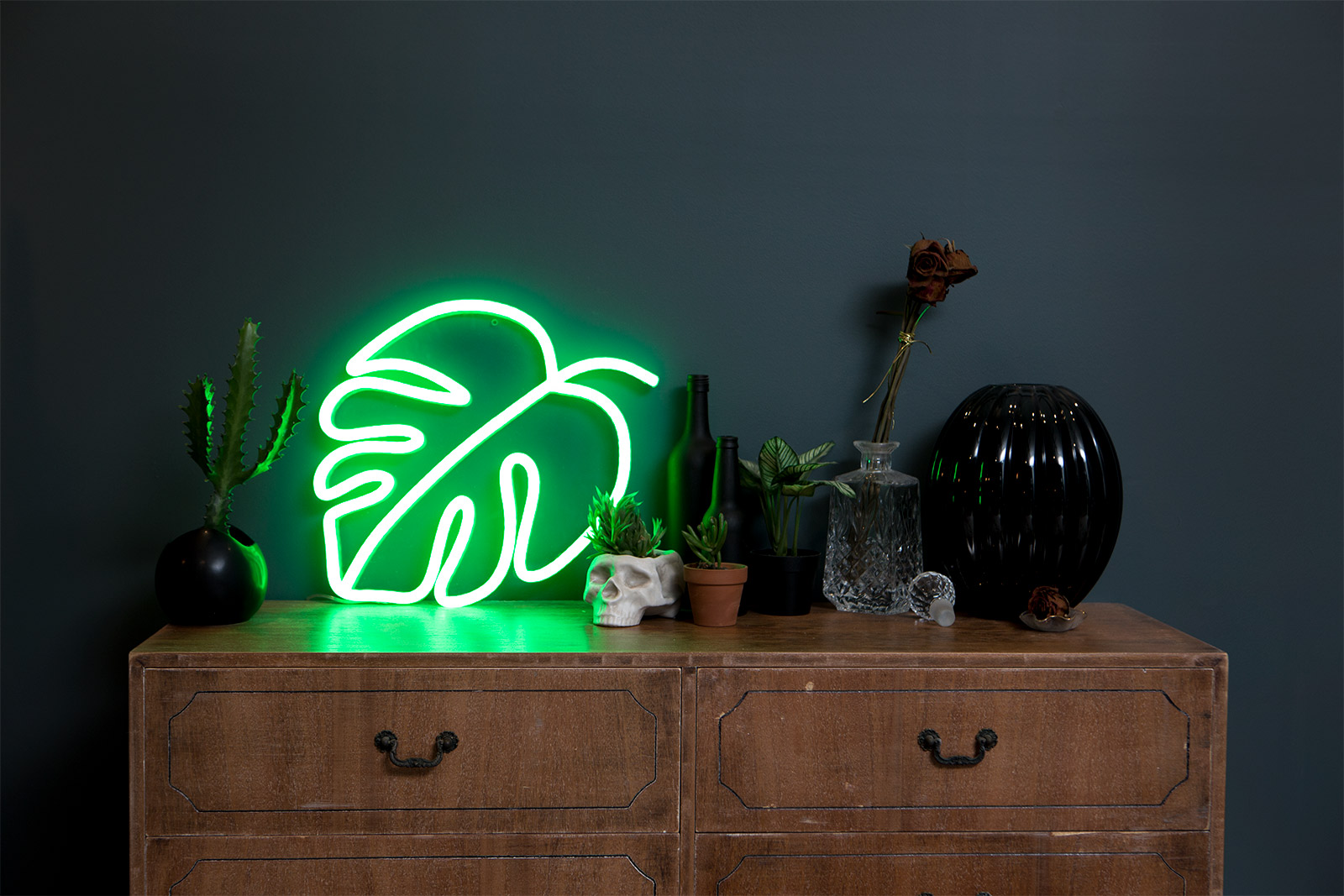 LED-neon-leaf-bedroom-plant-monstera-Panama