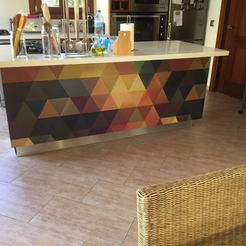 Reformando-isla-decocina-de-azulejos-con-vinilo-para-muebles-geometrico-lokoloko-design