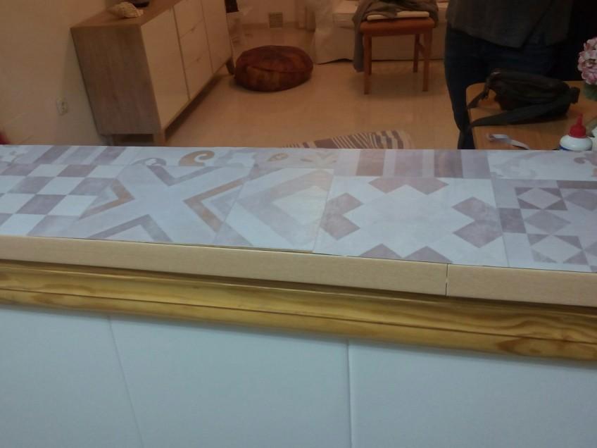 Renovando-con-vinilo-de-losas-hidraulicas-barra-de-cocina-con-azulejos-lokoloko-design