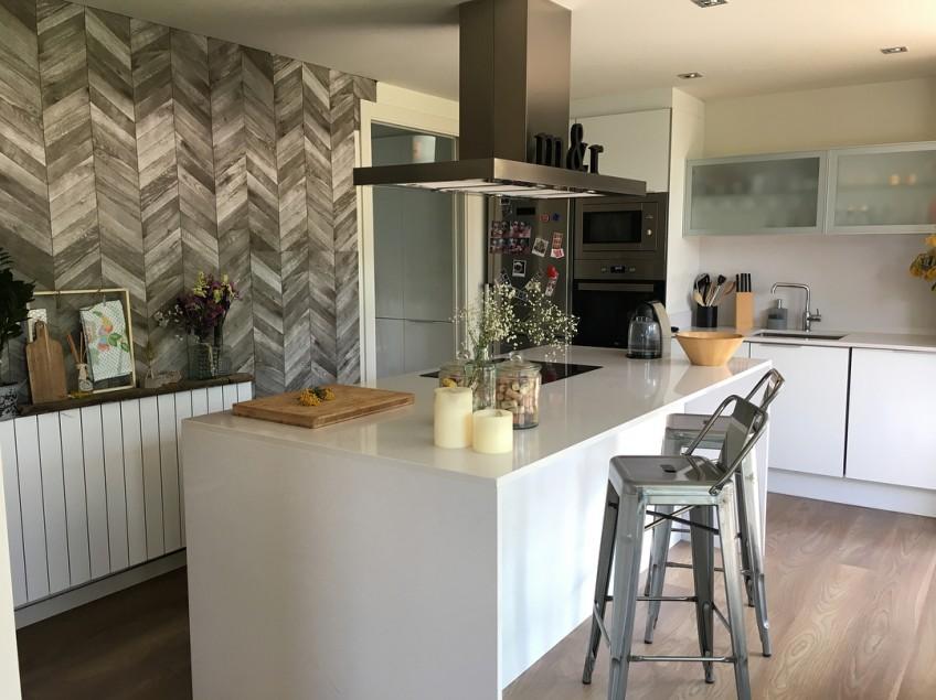 vinilo-madera-punta-hungria-en-frontal-de-cocina-lokoloko-design