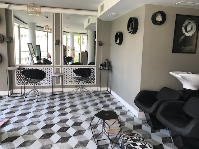 Peluqueria-home-staging-con-vinilo-para-suelos-y-vinilo-para-muebles-lokoloko