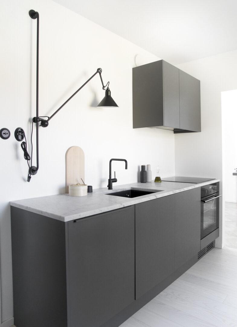 Tendendia-en-decoracion-2018-cocinas-grises-oscuras
