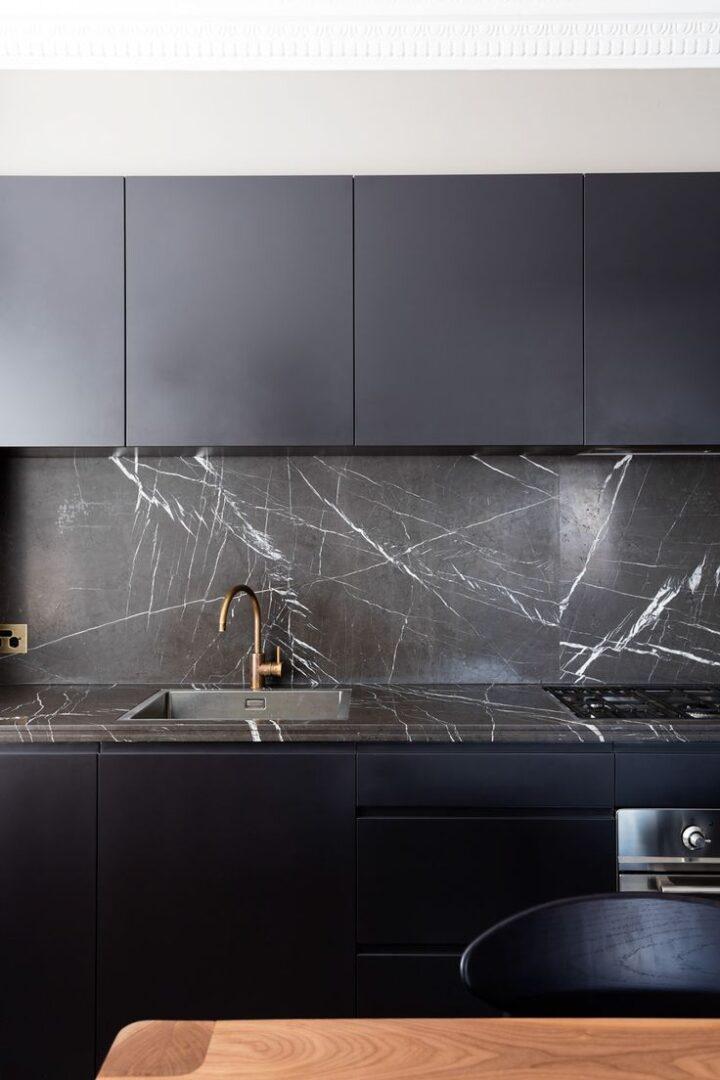 Tendencias-decorativas-para-2018-cocinas-oscuras-azules-y-marmol-lokoloko