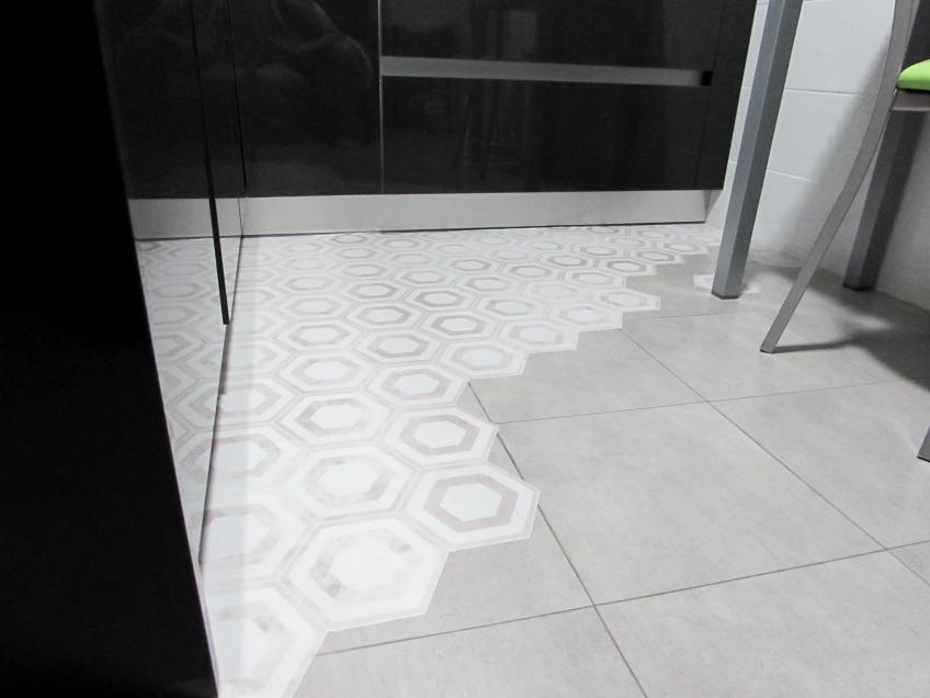 Detalle-vinilo-para-suelo-de-cocina-patron-ceramico-hexagonal-5-lokoloko-design