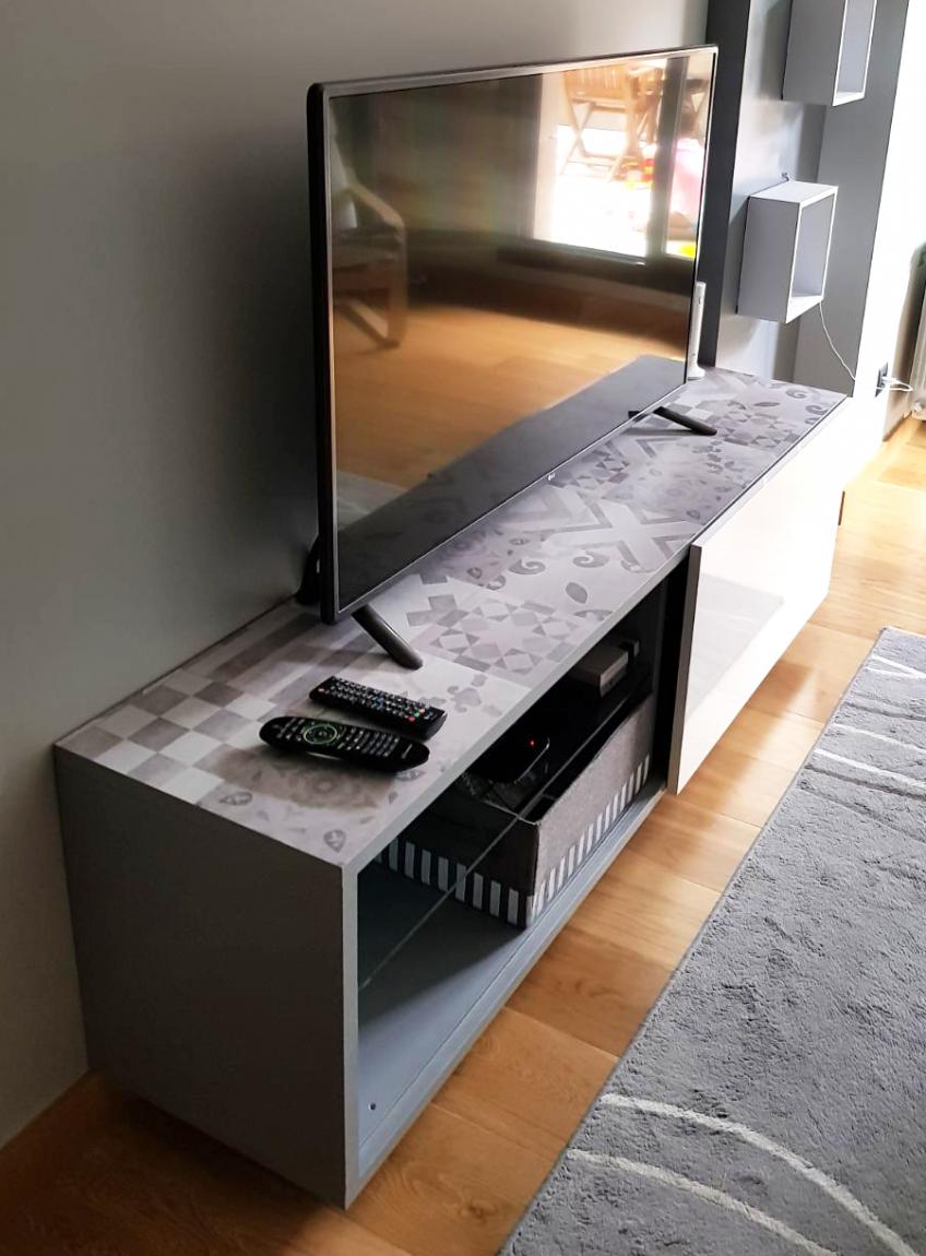 Mueble-tv-forrado-con-vinilo-patron-vintage-5-blanco-y-negro-lokoloko-design