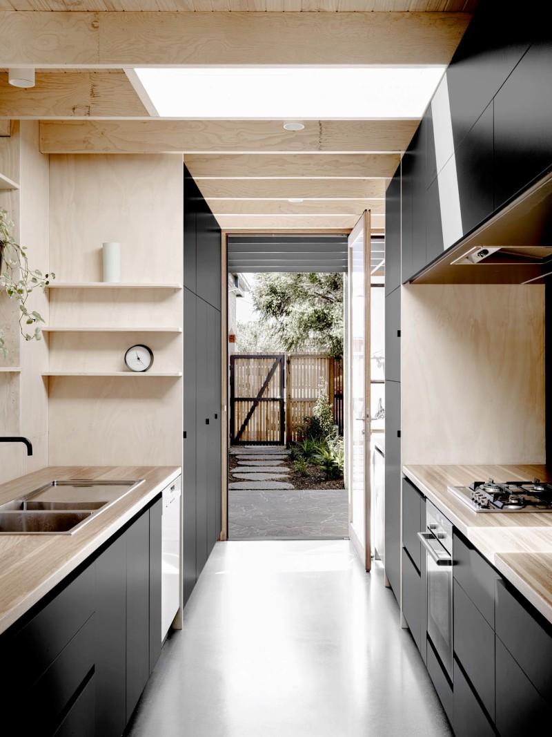 Cocina-negra-y-textura-madera-ultima-tendencia-deco-2018