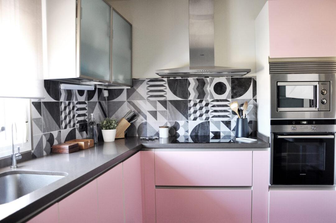 cocina-renovada-sin-obras-con-vinilo-rosa-y-geometrico-lokoloko