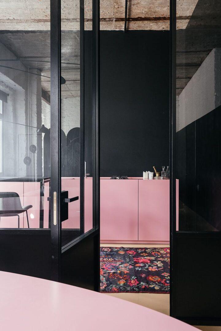 ultima-tendencia-en-decoracion-2018-cocinas-negras-y-rosas-lokoloko