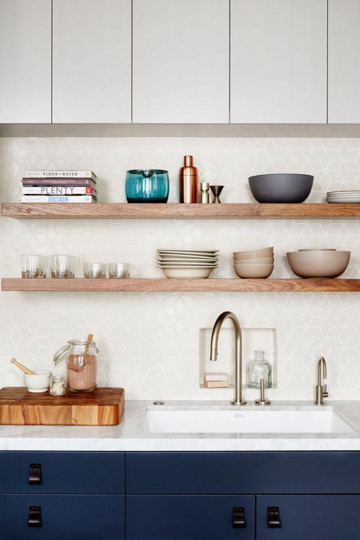 Tendencias-cocinas-oscuras-azules-y-marmol-decoracion-2018-lokoloko
