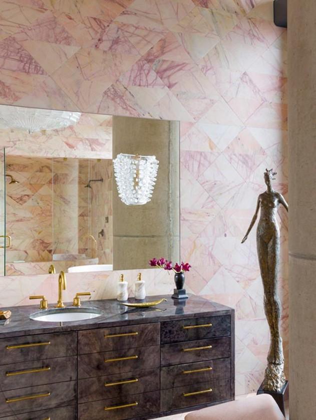 bano-azulejado-con-marmol-rosa-