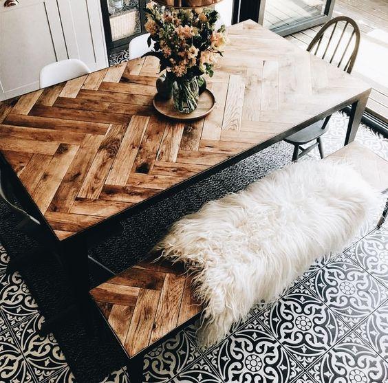 Mesa-con-madera-punta-de-hungria-o-escama-de-pez-tendencia