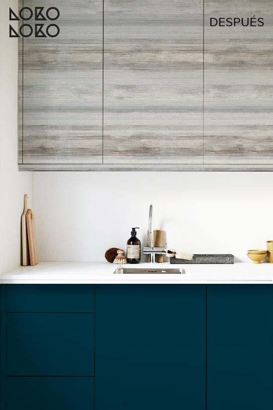 Redecorar-cocina-sin-obras-con-vinilo-azul-oscuro-y-madera-lokoloko-design