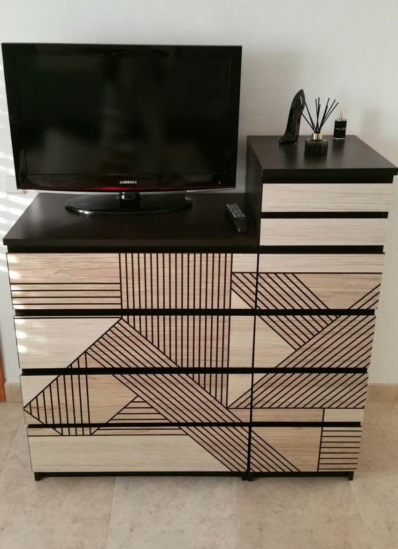 Vinilo-mosaico-de-madera-gometrica-negra-para-forrar-muebles-de-salon-lokoloko