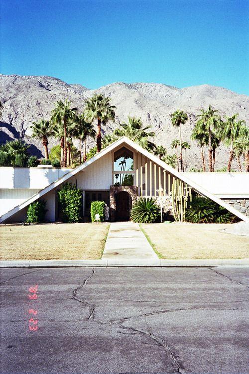 casa-con-forma-de-triangulo-estilo-decorativo-mid-century