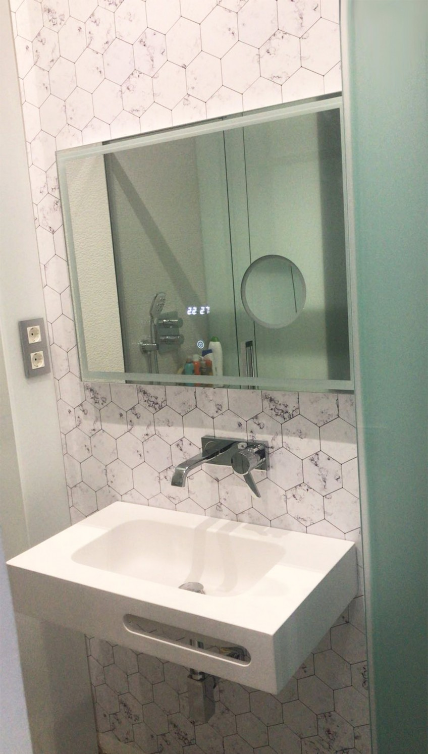 pared-de-bano-forrada-con-vinilo-hexagonos-de-marmol-mini-lokoloko-design