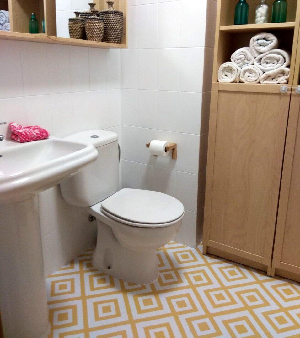 vinilo-patron-geometrico-amarillo-para-suelo-de-bano-lokoloko-design