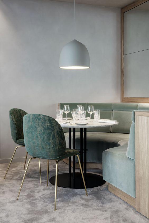 salon-comedor-con-paredes-de-textura-cemento-y-hormigon