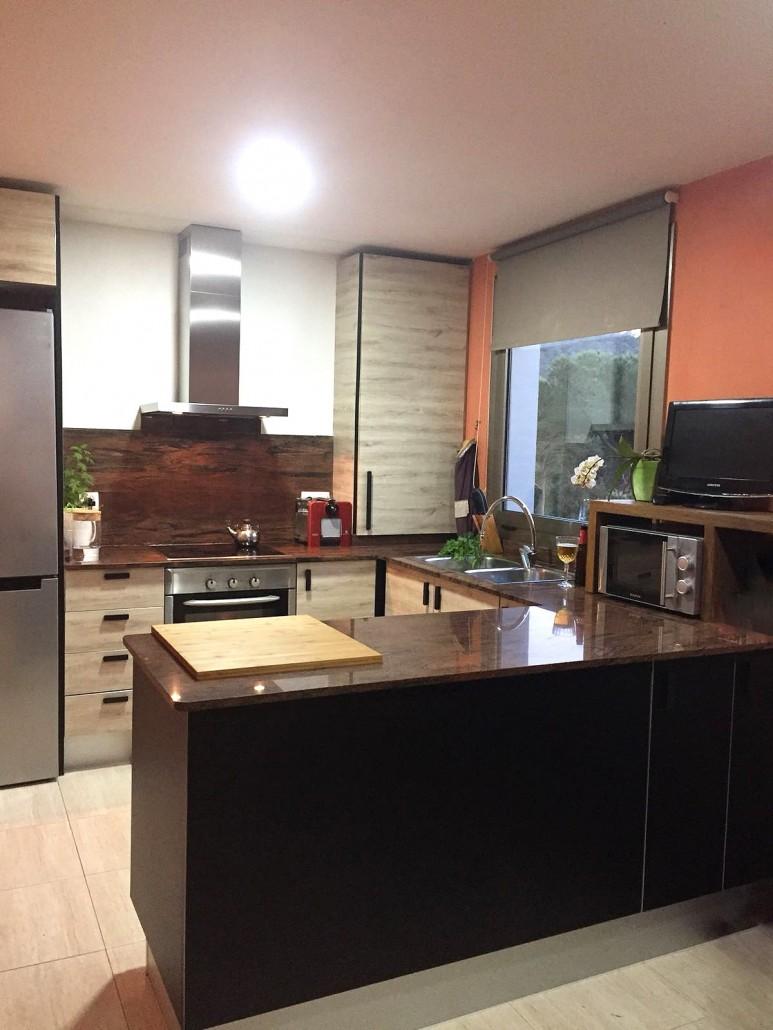 cocina-reformada-con-vinilo-textura-madera-y-vinilo-negro-lokoloko-design
