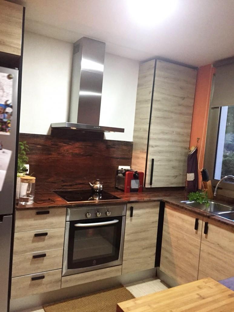 cocina-sin-obras-con-vinilo-textura-madera-y-vinilo-negro-lokoloko-design