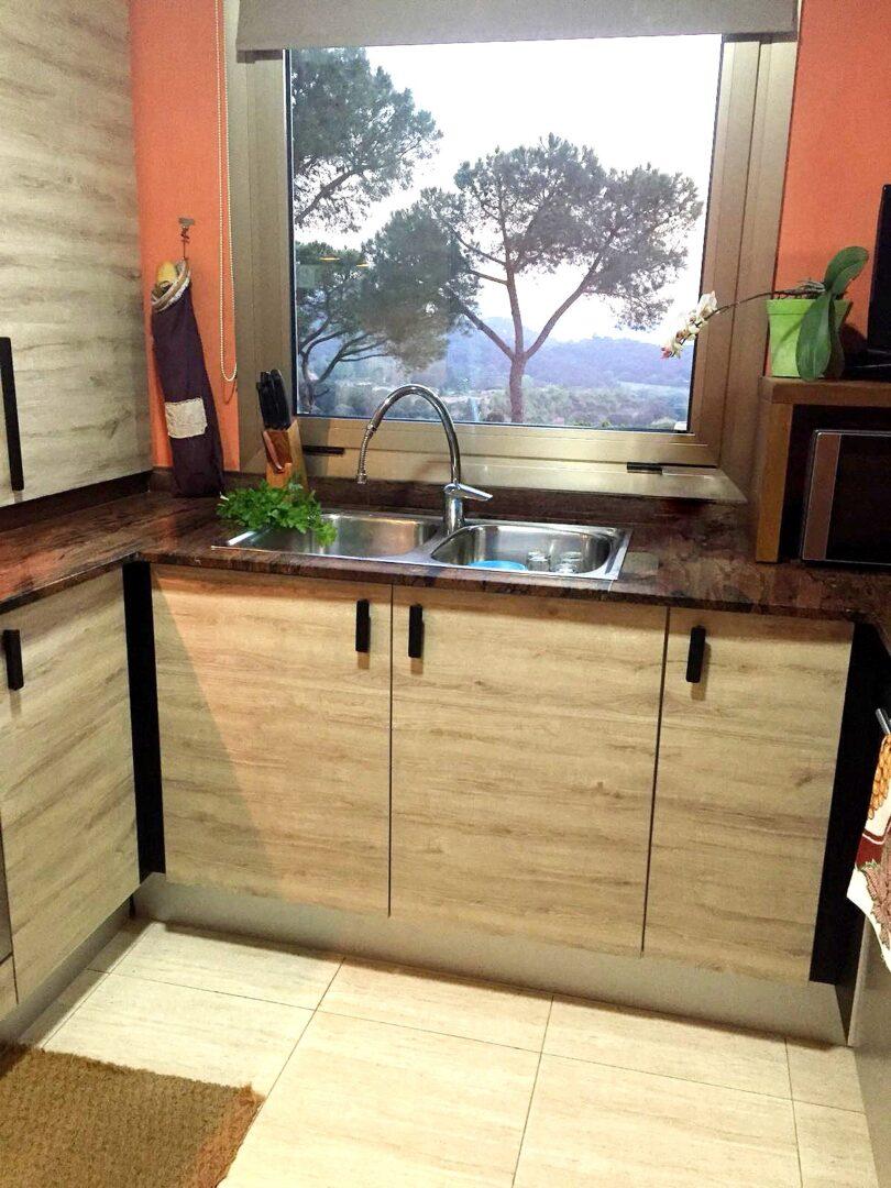 cocina-sin-obras-reformada-con-vinilo-textura-madera-lokoloko-design