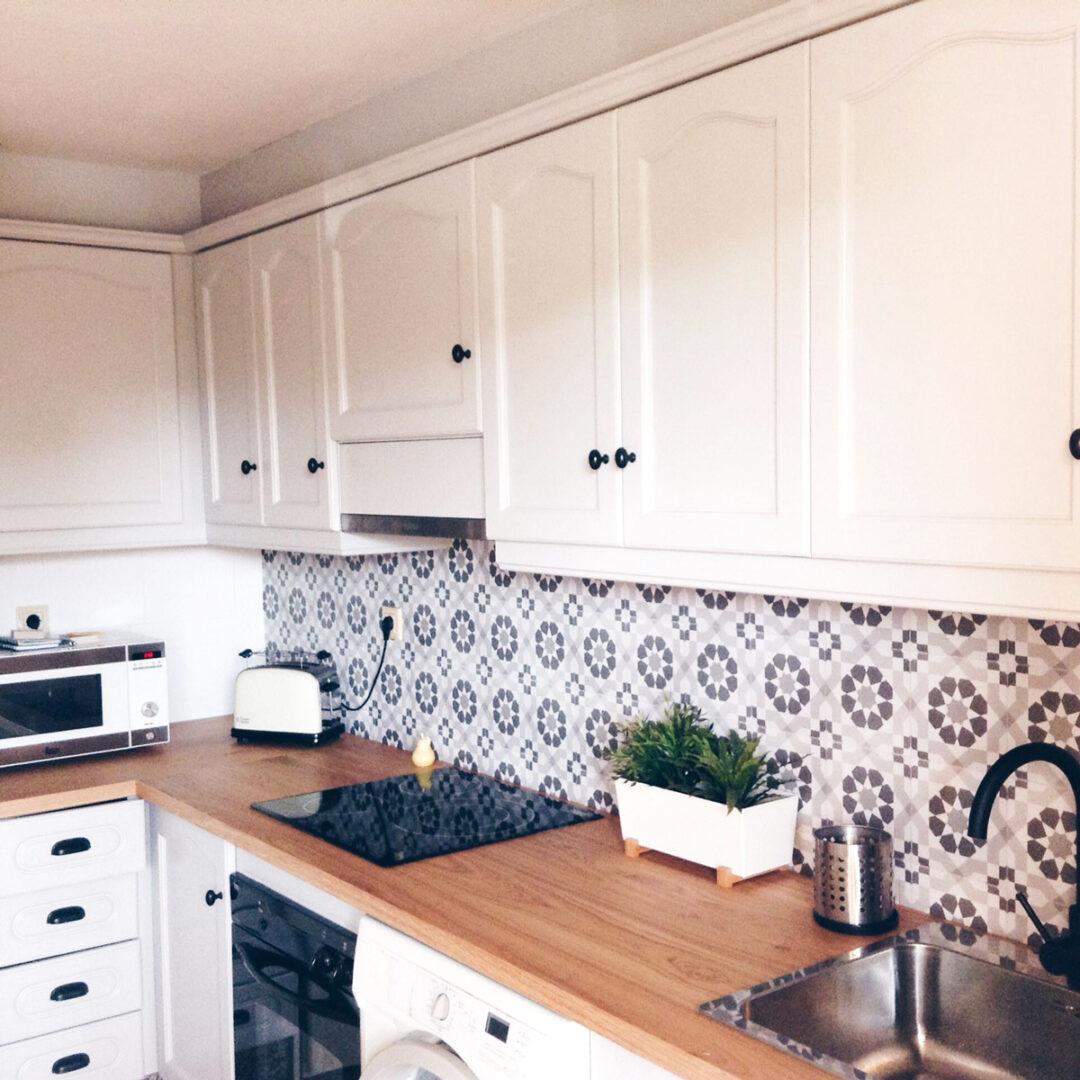 baldosas-de-frente-de-cocina-renovadas-con-vinilo-patron-vintage-blanco-y-negro-lokoloko