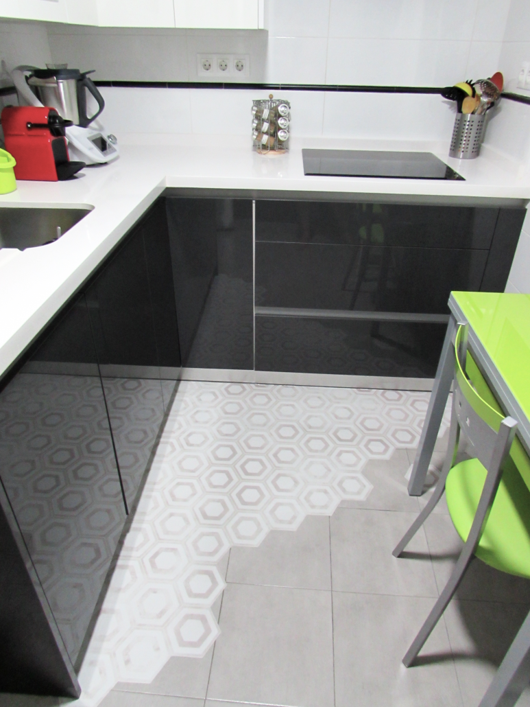 vinilo-para-suelo-de-azulejos-reforma-cocina-sin-obras-lokoloko