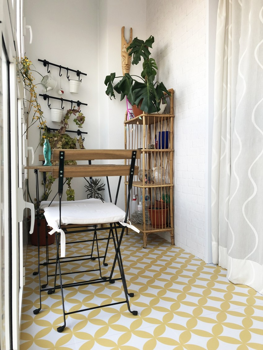 Renovar-suelo-de-terraza-losa-terrazo-con-vinilos-para-suelos-mosaico-de-circulos-amarillos-lokoloko