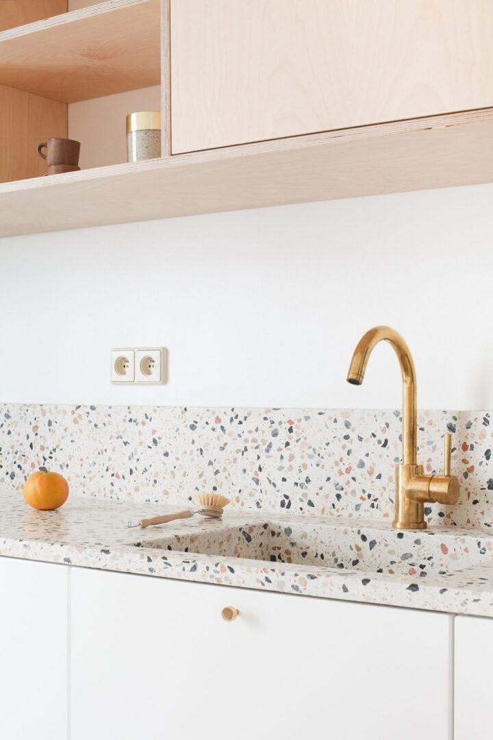 cocina-con-frente-de-textura-terrazo-tendencia