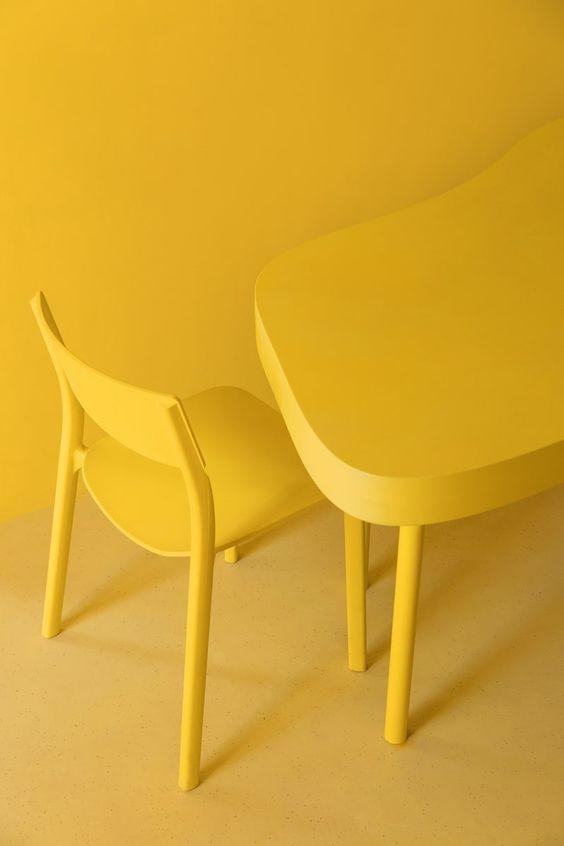 mueble-decorado-con-monocromo-amarillo