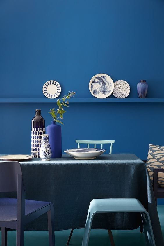 salon-comedor-tendencia-decoracion-de-interiores-monocromo-azul