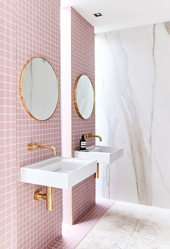 Bano-rosa-2019-con-dos-espejos-redondos