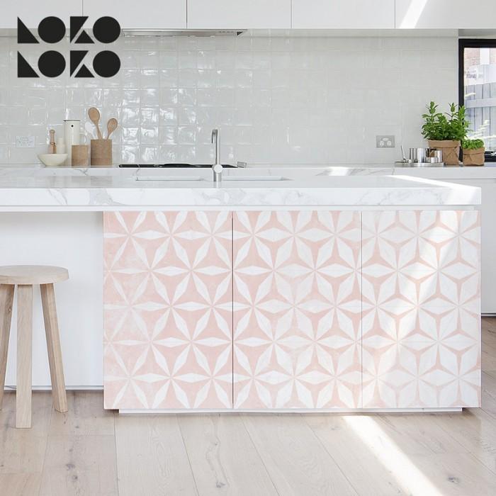 vinilo autoadhesivo lavable de tonos rosas y blancos con formas de hexágonos y rosetones en degradé para forrar y decorar muebles de cocina, baños, suelos. paredes