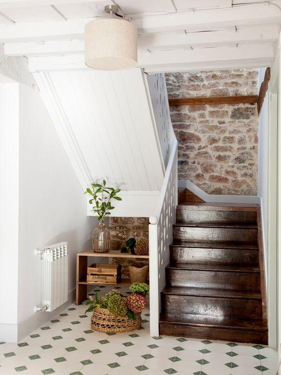 suelo-de-escaleras-de-madera-oscura