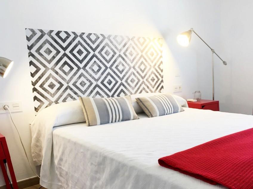 Cabecero-cama-vinilo-lavable-apartamento-cuadrados-desgastados-lokoloko-design